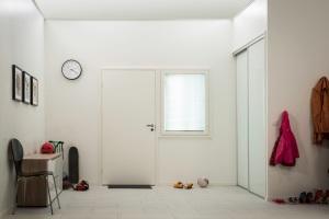 23005_DIY_hallway_before_repainting2014