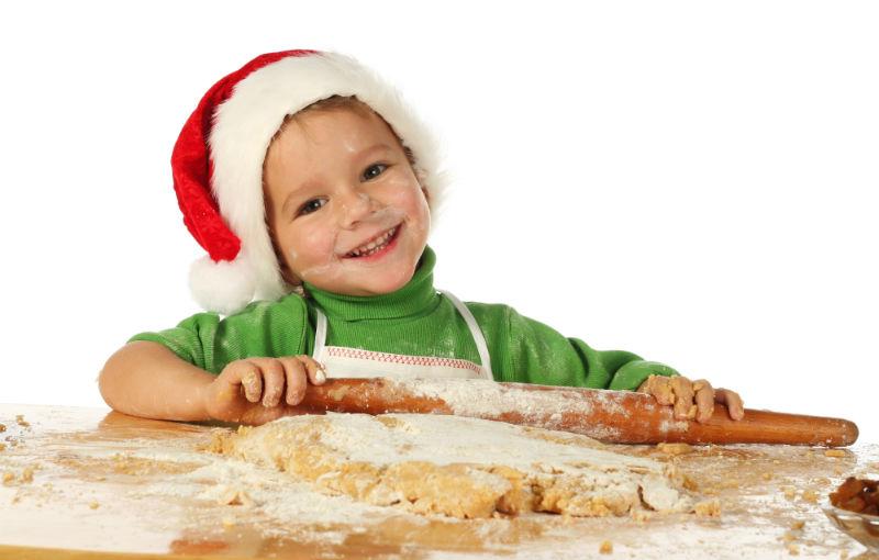 Poika tonttulakissa leipoo